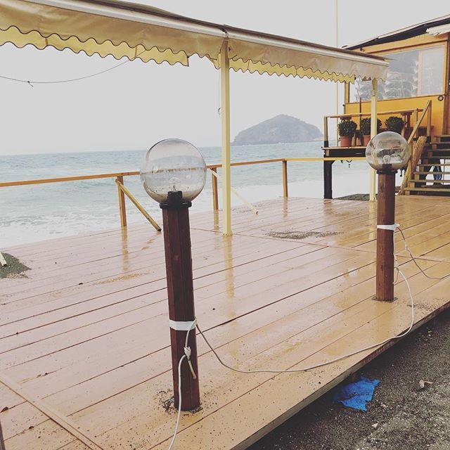 Oggi è così! In balia delle onde #ISCHIA #ristoranteida #spiaggiadeimaronti #waves #storm #nonpotetecapire
